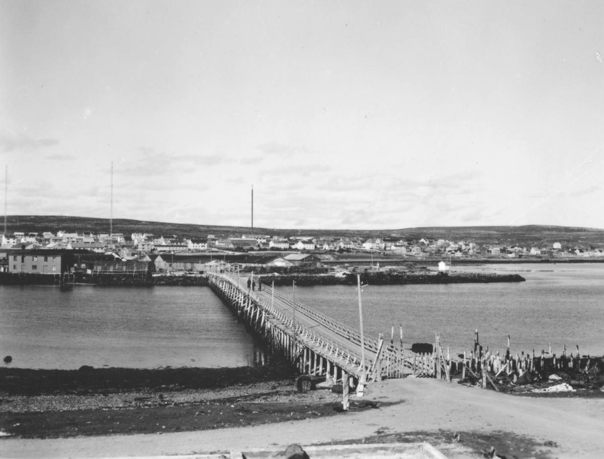 Motiv av brua som er mellom Vadsøfastland og Vadsøya, sett fra øya. En del av Vadsø bys bebyggelse ses på den andre siden