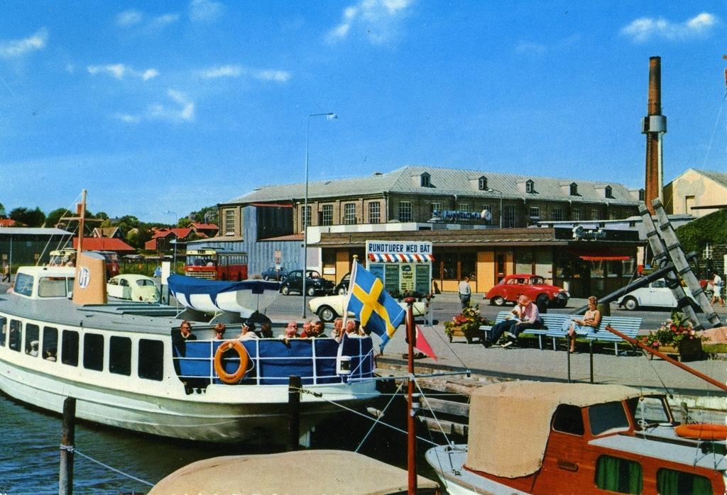 """Text på kortet: """"Uddevalla. Hamnen""""."""