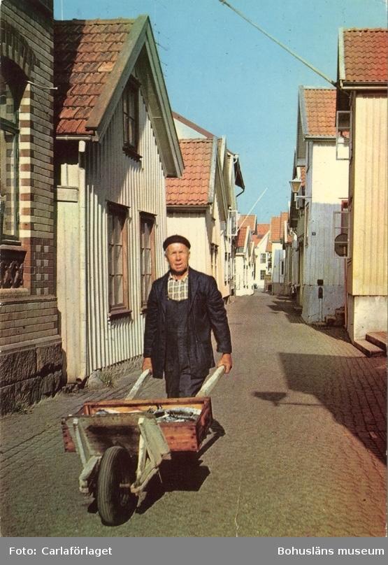 """Text på kortet: """"Lysekil. """"Kornöbon"""" Robert Arvidsson ropar ut """"Färsk makrill"""" på Gamla Strandgatan""""."""