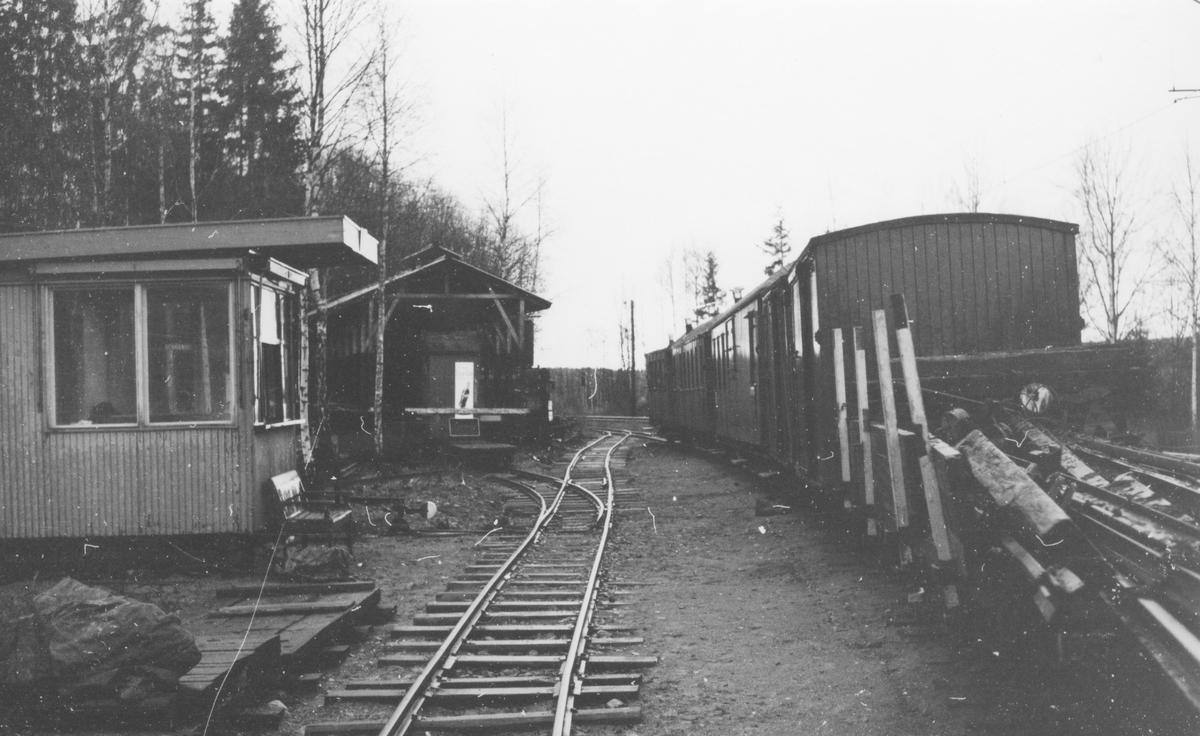 Bingsfoss stasjon var museumsbanens hovedbase og hensettingsområde de første årene. Skinnemateriellet på vognen til høyre var hentet langs den nedlagte banen.