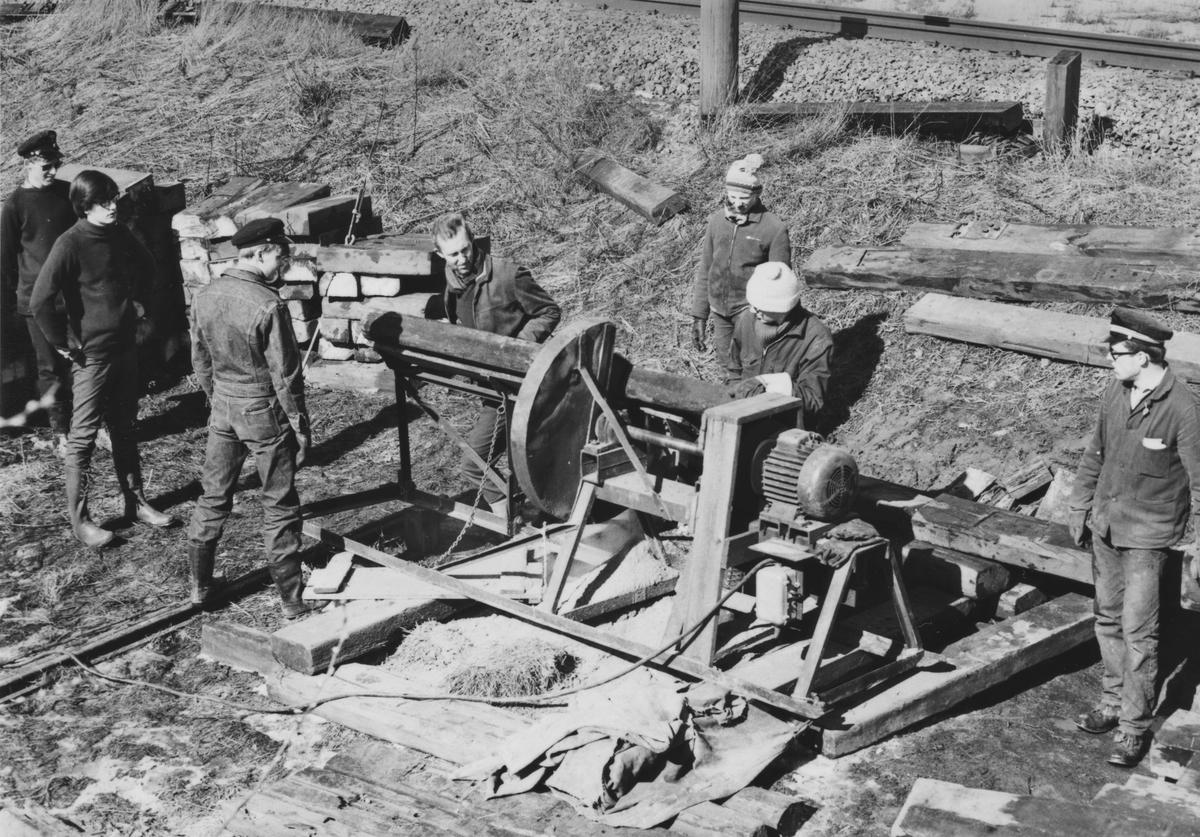 Kapping av brukte normalsporsviller med kappsag slik at svillene får lengde tilpasset Urskog-Hølandsbanens sporvidde.