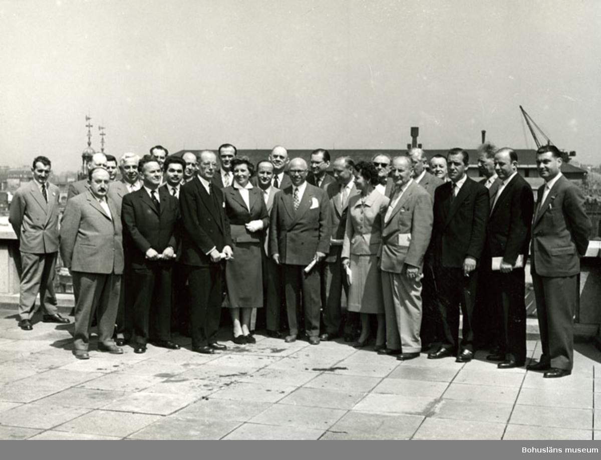 Direktören för konfektionsfirman Tiger, Robert Schwartzman, och hans affärsbekanta i Paris