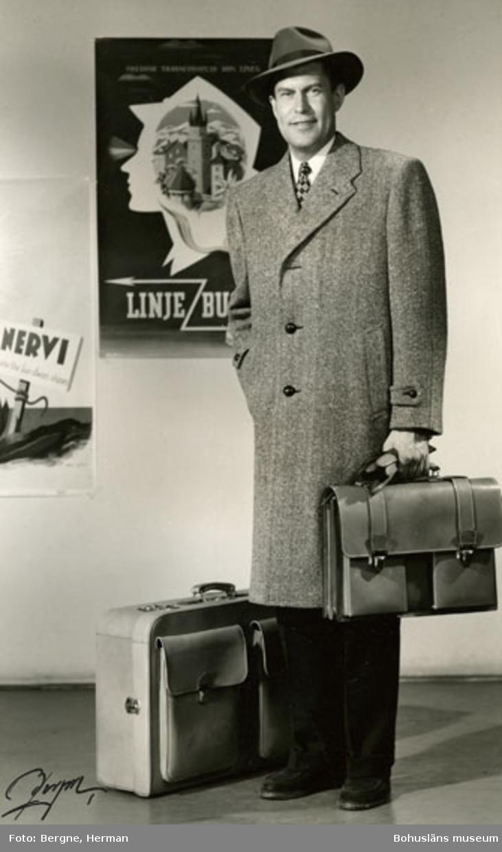 Mannekäng klädd i en grå överrock med fiskbensmönster. Konfektionsfirman Schwartzman & Nordström (Tiger) hade visning i Stockholm för sina kunder år 1968