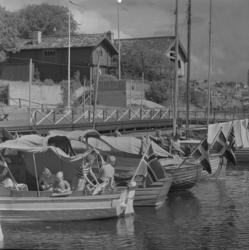 Norska och svenska fritidsbåtar nedanför Curmans villor, Lys