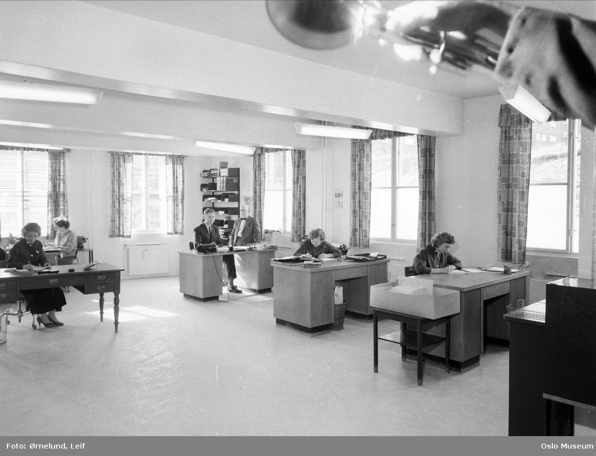 Thv. Moestue grafisk industri og eskefabrikk, interiør, kontor, kvinner, menn