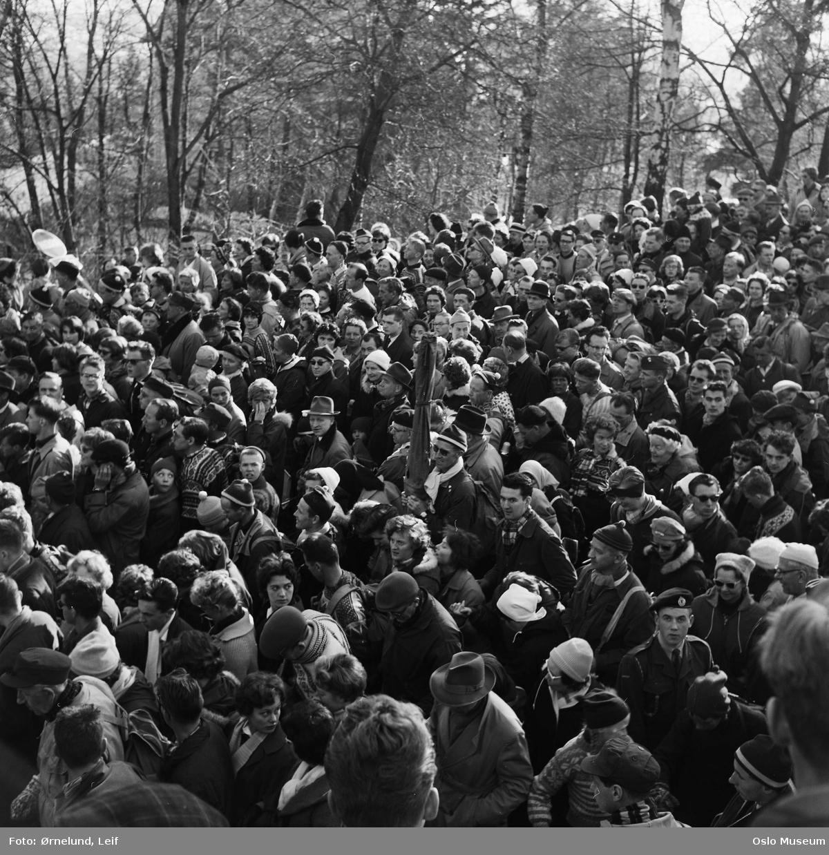 publikum på vei fra Holmenkollbakken