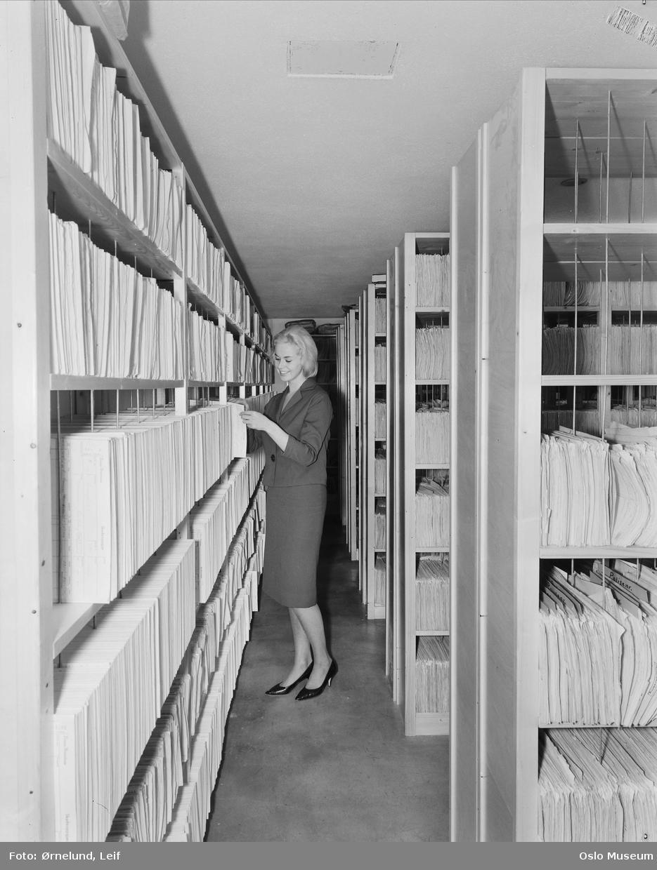 modell, kvinne, kontordame ved Norges Brannkasse, arkiv, reoler, dokumenter