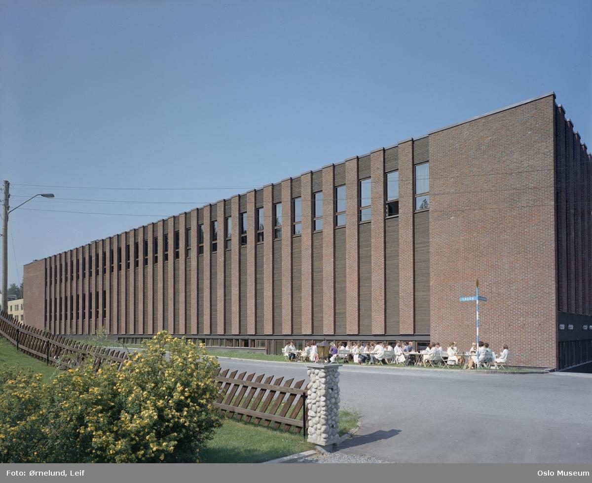 industribygning, Kodak Norge, småbord, mennesker, gjerde