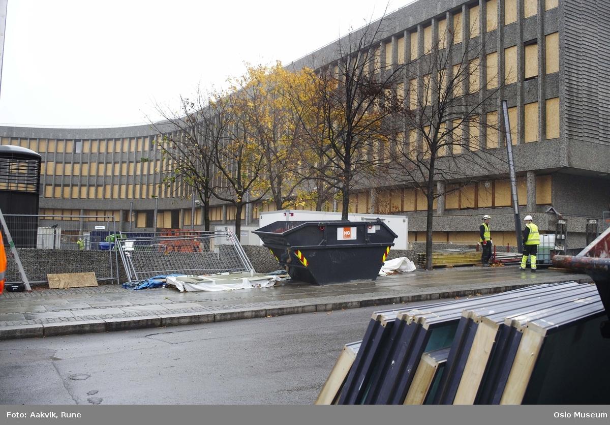 Foto-dokumentasjon, regjeringskvartalet, departementer, terroranslag, 22.07.2011, Y-blokka, container, tildekkede vinduer, menn, sperringer.