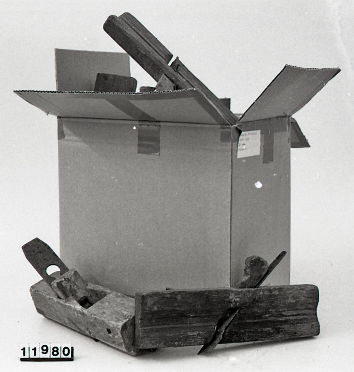 Teknikk: Skåret. Smidd høveljern og klaff. Flat såle. Knekten er plassert på høvelstokkens høyre side, bakerst. Form: Rektangulær grunnflate, flat såle.