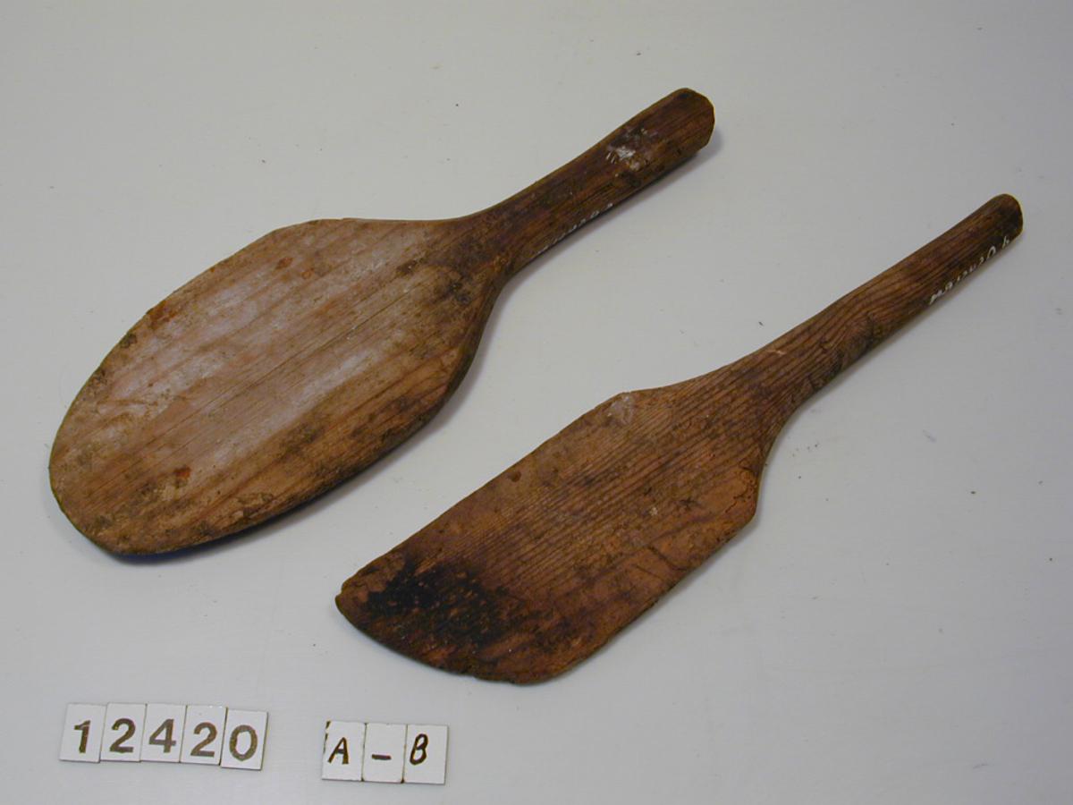 Form: Bred, flat sleiv med kort håndtak.