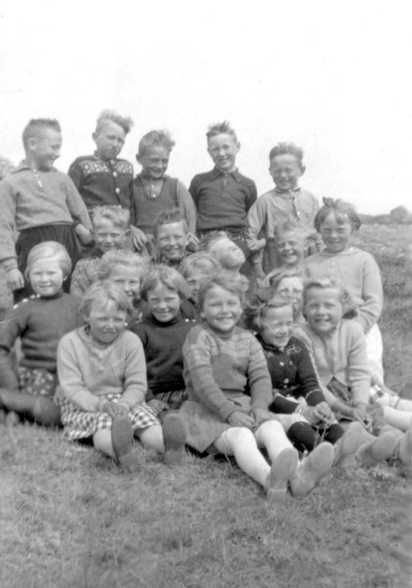 Gruppebilde. Klassebilde fra Hesthammer skule. 1-2-3 klasse tatt juni 1941.