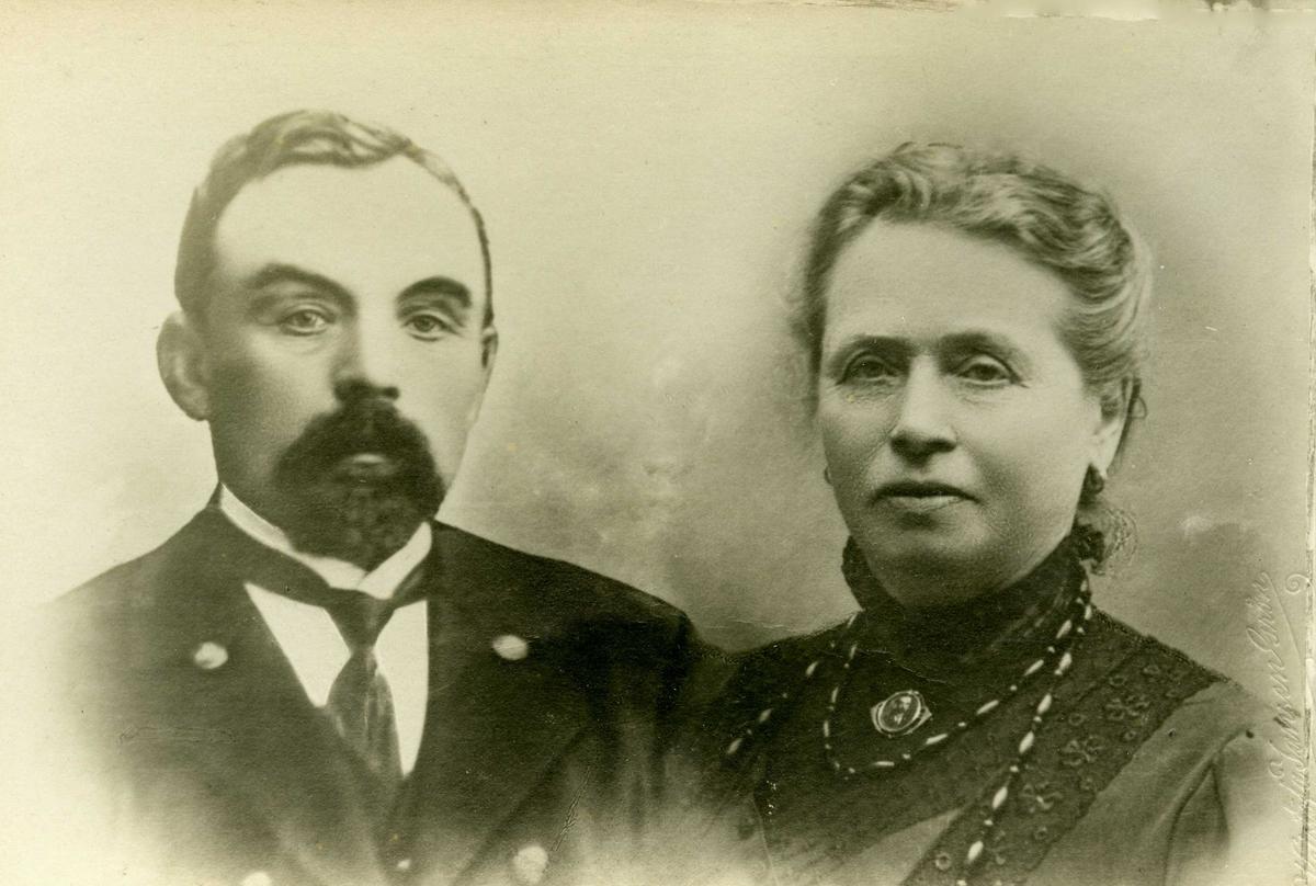 """Portrett -  """"Lods Andreas Bertel Helgesen er født paa Utsira 28 august 1853. Han var yngste søn av lods og gårdbruker Helge Nordvik. Bertel Helgesen blev lods i 1882 og var lods i Utsira i 18 aar. I to perioder, 1892 og 1893 sat han i en lodskomite i Kristiania (Oslo). 1899 blev han ansatt som havne- og utseilingslods i Haugesund og innehavde denne stilling til sin død i 1912. Han var gift med Bertha Karine Knutsdatter, Veim, datter av skolelærer Knut Andersen Veim, Føresfjorden. De har havt 9 barn, hvorav de 6 lever og er bosatt i Haugesund."""""""