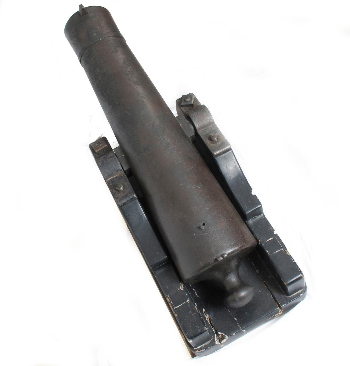 Små kanoner, falkonetter, støpt i jern. Sikte påsatt i spor. Stempel i begge ender av akslingen. Sortmalte lavetter, tydelig sekundære.