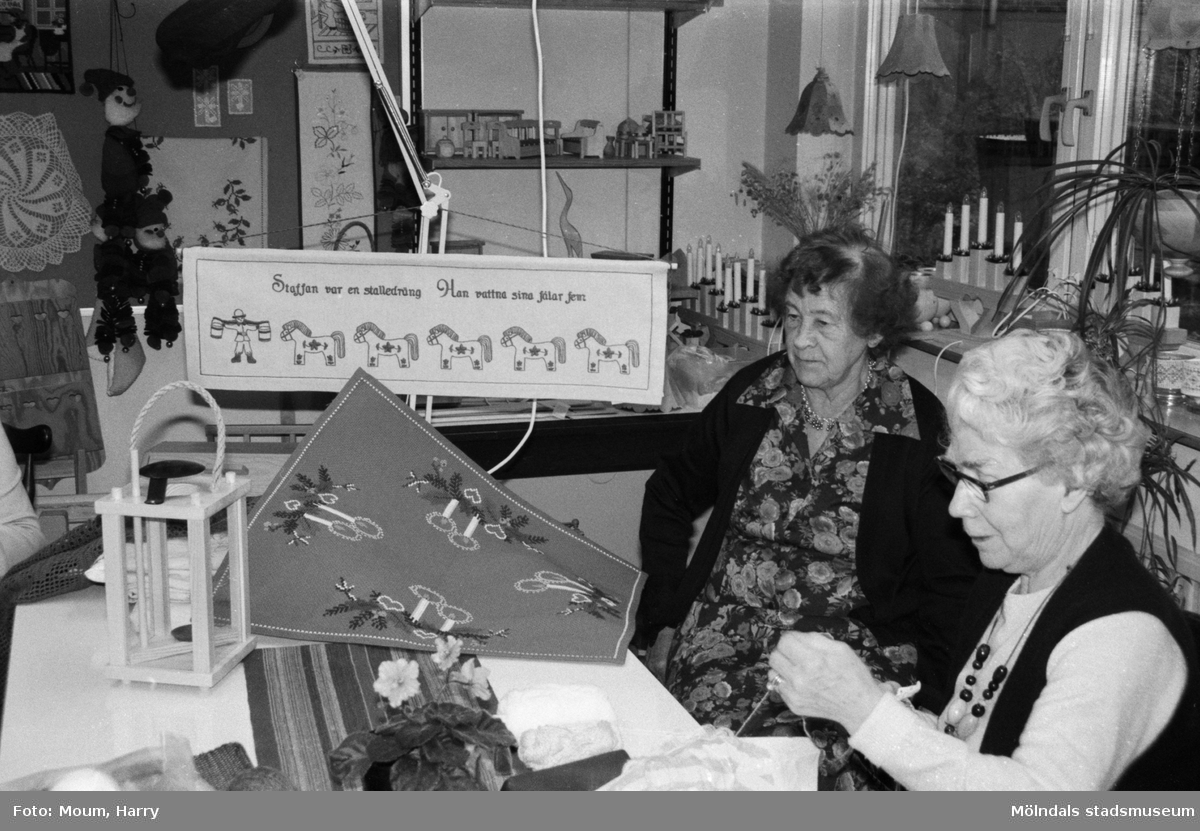 """Aktiviteter för äldre på Våmmedalsvägens dagcentral i Kållered, år 1984. """"Maja Brattberg och Valborg Nilsson med julsaker i Vommedal.""""  För mer information om bilden se under tilläggsinformation."""