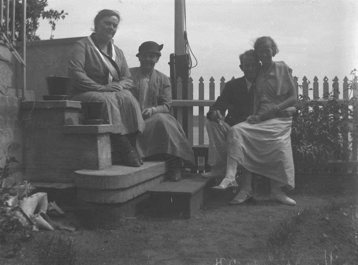 Fire personer i hagen hos Lyng Olsen 4 Juni 1933. Kragerø