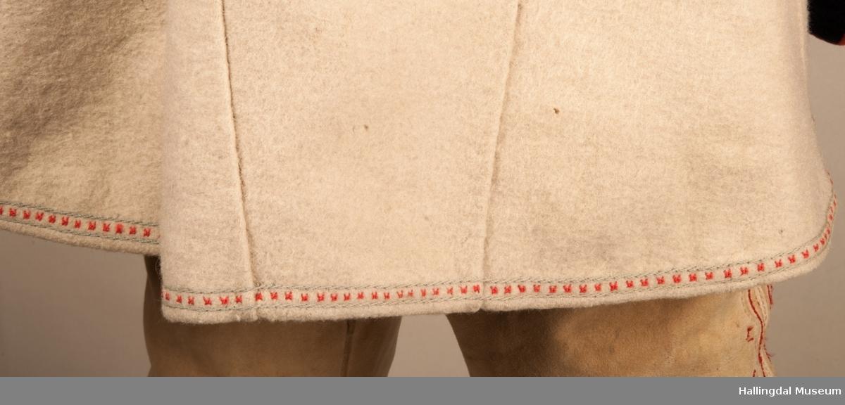 Brudgomsdrakten er satt sammen av mange plagg deriblant rød lang vest HFN 3516,kvit trøye HFN 3515, HFN 03086 hatt, HFN 01911 a-b sokkeband m.fl .
