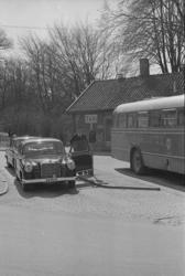 """Text till bilden: """"Johan Forsell med sin taxibil vid torget."""