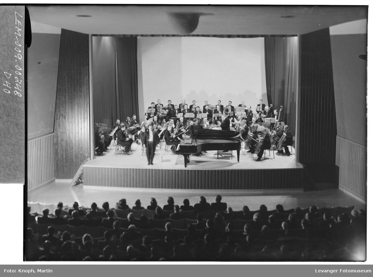 Symfoniorkesteret i Kinosalen på Steinkjer, 1952.  III