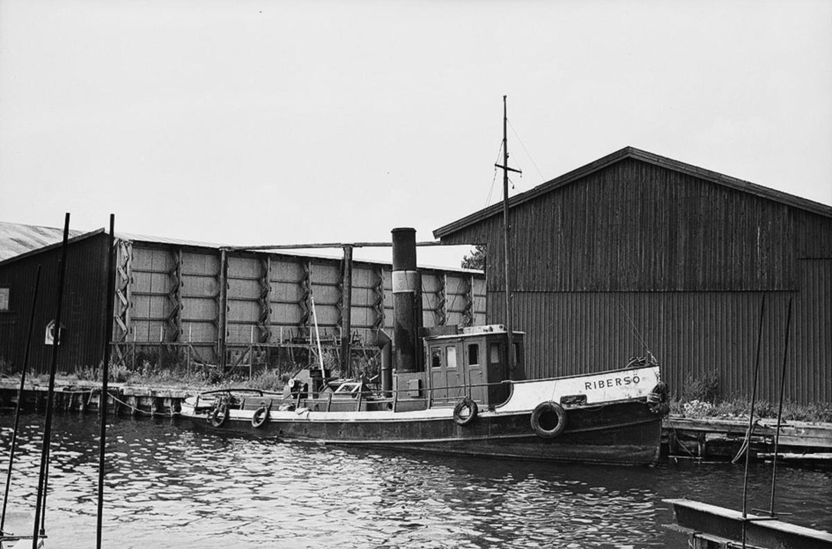 Fartyg: RIBERSÖ                        Bredd över allt 3,70 meter Längd över allt 17,35 meter Reg. Nr.: 9754 Rederi: Sydsvenska Rederi & Bogserings AB Byggår: Okänt år Varv: Obekant varv Övrigt: Byggdes för okända. Ägdes 1879 av Tunadals AB /C T Jacobsen/, sannolikt med namnet TUNADAL. Ombyggdes 1879 i Sundsvall och köptes den 18 maj 1888 av Jonas Johansson vid Johannedals sågverk, senare Johannedals Trävaru AB, för 7 250 kr och omdöptes till JOHANNEDAL. Försvann till Gävle 1890, inköpt av Erik J Sandström. Omdöptes till ALERT och ägdes sedan i tur och ordning av Pr/ C W Åkersson (1898-1905), Pr/ Erik Eriksson (1905-1918), Eriksson och Åkersson ägde ½ var. Efter Erikssons död 1918 övertogs hans del av en stiftelse, och båten redades av Åkersson & Co. Vid försäljningen 1957 var Birger Åkersson huvudredare. Hela tiden i Gävle. Den 9 april 1957 förvärvades alltså båten av Anders Roxe, Malmö för 7 000 kr och omdöptes till RIBERSÖ. Sydsvenska Rederi- och Bogser AB i Malmö meddelar att ss ?Alert? av Gävle inköpts. Fartyget skall moderniseras för timmerbogsering på kusten. (SST 9-1957). Sedan Sydrederi gått överstyr transporterade han köpet 1960 till Sydsvenska Rederi & Bogserings AB, Malmö för samma pris och då detta bolag konkursade 1960 köptes hon av Nyköpings Varv HB för igen samma pris. Låg vid köpet upplagd i Kalmar och hon fick fortsätta att vara upplagd till ca 1970 - sedan 1967 sjunken. Köptes ca 1970 av Thure Lymar, Lunger i Arboga och då var det bara skrovet kvar. Nästa ägare blev Håkan Wagger m.fl. från Örebro som köpte 1972. Skrovet fraktades till Göteborg för ombyggnad till stagsegelskonare. Kallades först XENON sedan ZALAMANDER. Hemorten ändrades 1993 till Eskilstuna. Text: Bengt Westin