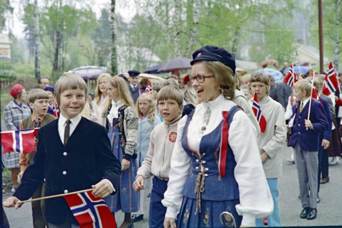 Brumunddal, 17.mai. Barnetoget. Mørkved skole.Nasjonaldag. Barn, Mørkved skole.