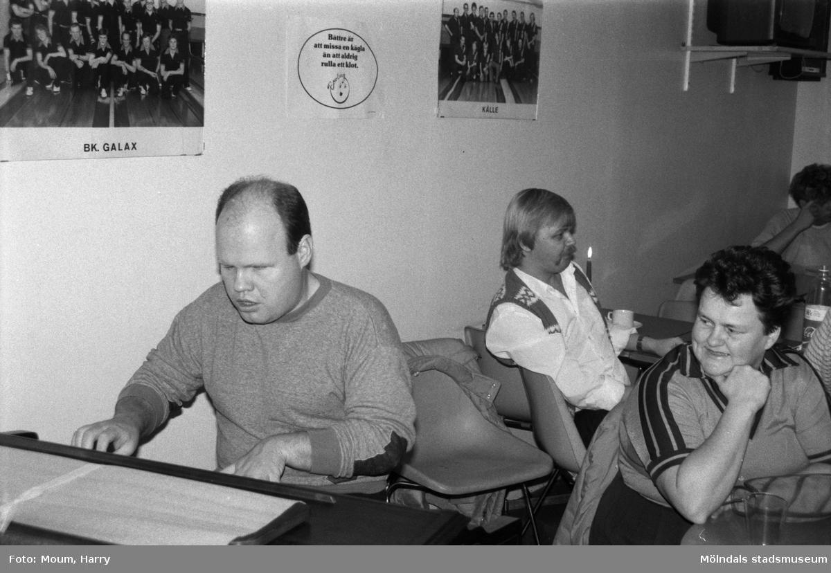 Nattbowling på Kållereds bowlinghall, år 1984. Claes Weterdahl spelar musik.  För mer information om bilden se under tilläggsinformation.