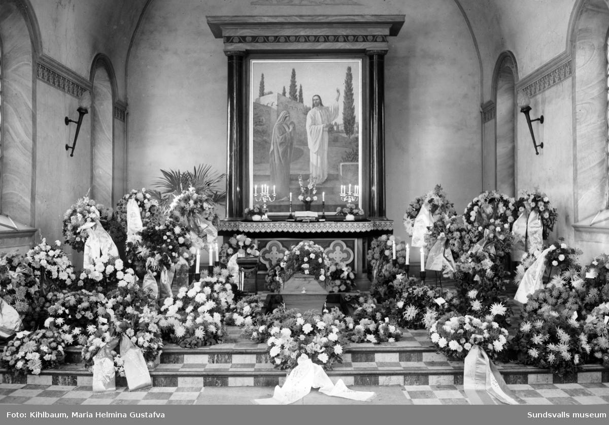 Begravningsförrättningar i gravkapellet. Bild 1-2 är oidentifierade. Bild 3 visar Dahlmans begravning 1948 och bild 4 visar A G Arnells begravning 1946.