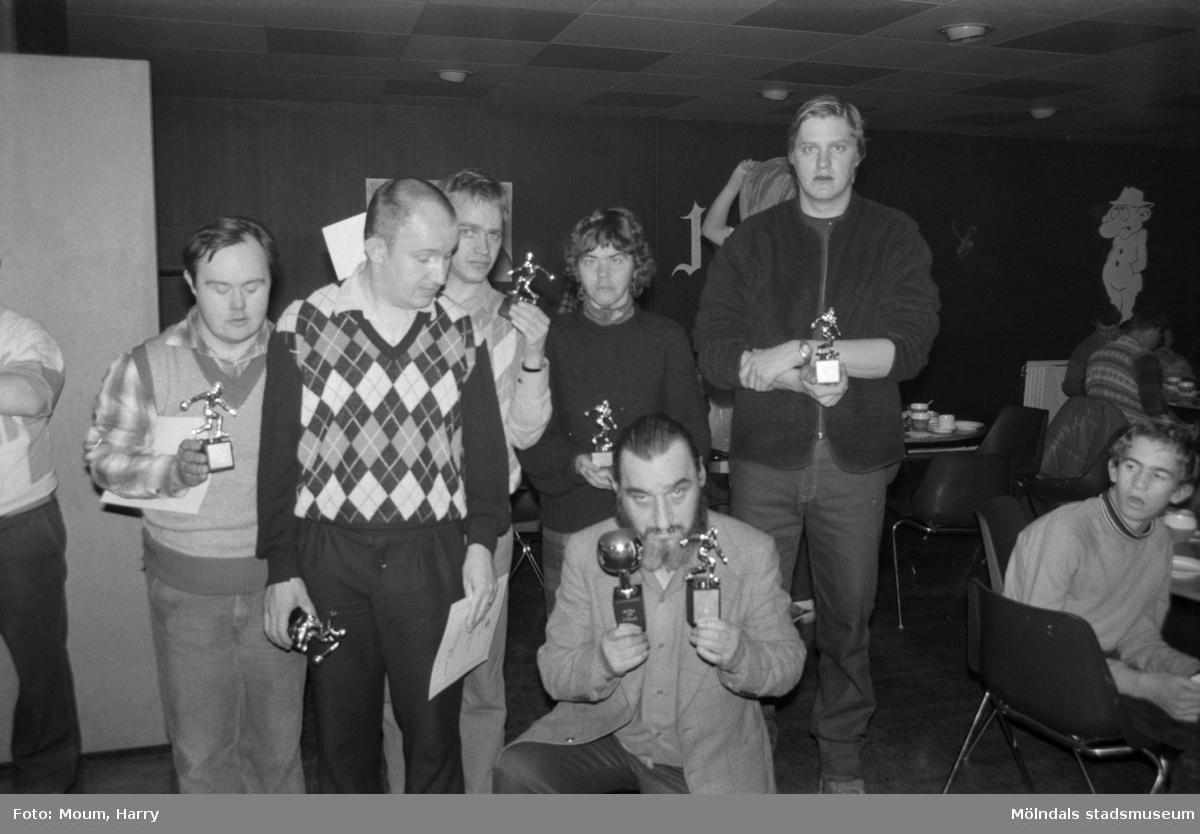 """Tävling i bowling för handikappade på Kållereds bowlinghall, år 1984. """"Samtliga pristagare fr v: Kenneth Lundin, Bengt Kristiansson, Robert Nordell, Lena Edvardsson, Leif Larsson, Peter Mogren.""""  För mer information om bilden se under tilläggsinformation."""