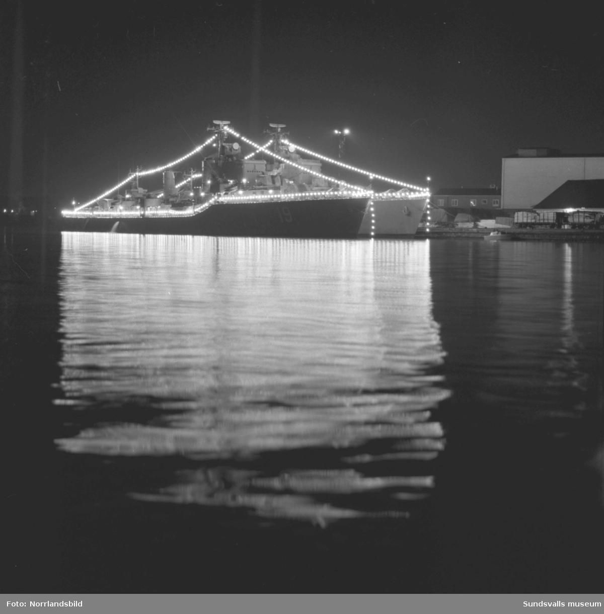 Två jagare i Sundsvalls hamn, HMS Småland och HMS Halland. Vacker kvällsbild.