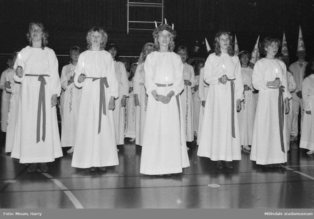 Luciafirande på Ekenskolan i Kållered, år 1984.  För mer information om bilden se under tilläggsinformation.
