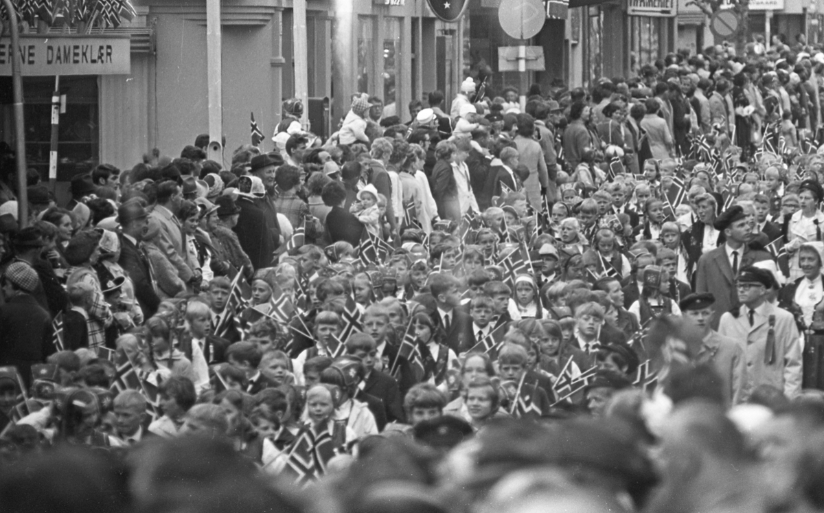 17. mai - 1970.  Del 4 av 4. Roing. Barne- og folke-tog. Fotballkamp.