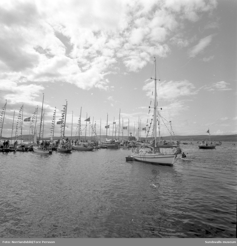 Efter tre års världsomsegling anländer båten Lunkentuss till Vindhem på Alnö med sin besättning Gunnar Dahlgren och Dag Ekholm.