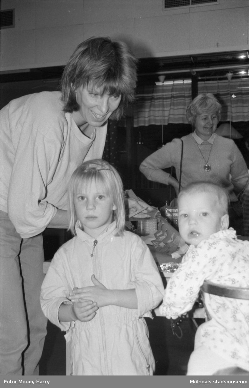 Julpyssel på Almåsgården i Lindome, år 1984.  För mer information om bilden se under tilläggsinformation.