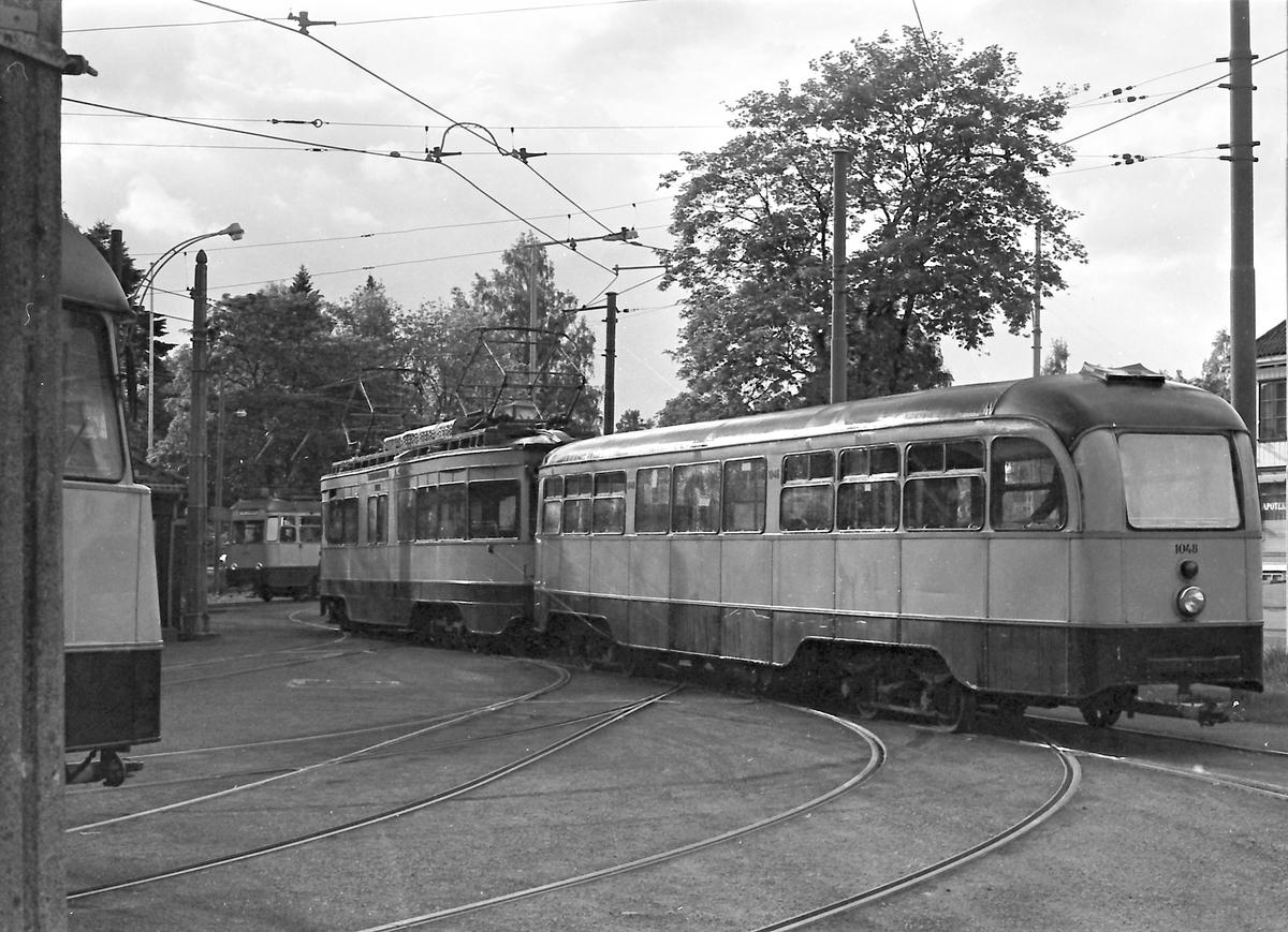 Ekebergbanen, Oslo Sporveier. Utkjøring fra vognhall. Vogn 1016 og 1048.