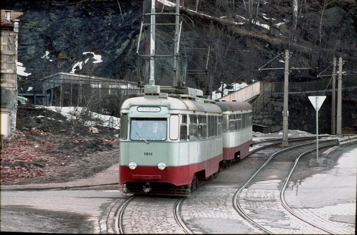 Ekebergbanen, Oslo Sporveier. Vogn 1011 kjører inn i bygatene.