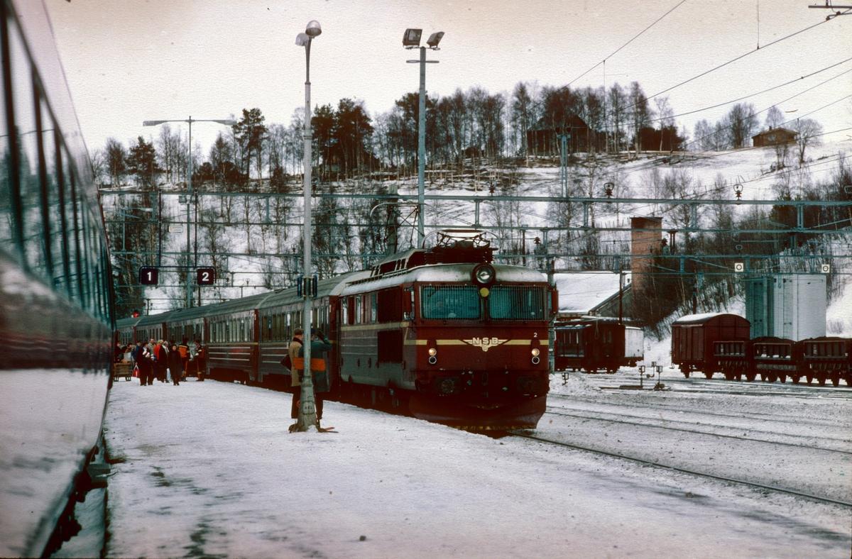 Dombås stasjon. Kryssing mellom ekspresstogene 41 og 42. NSB elektrisk lokomotiv type El 14.