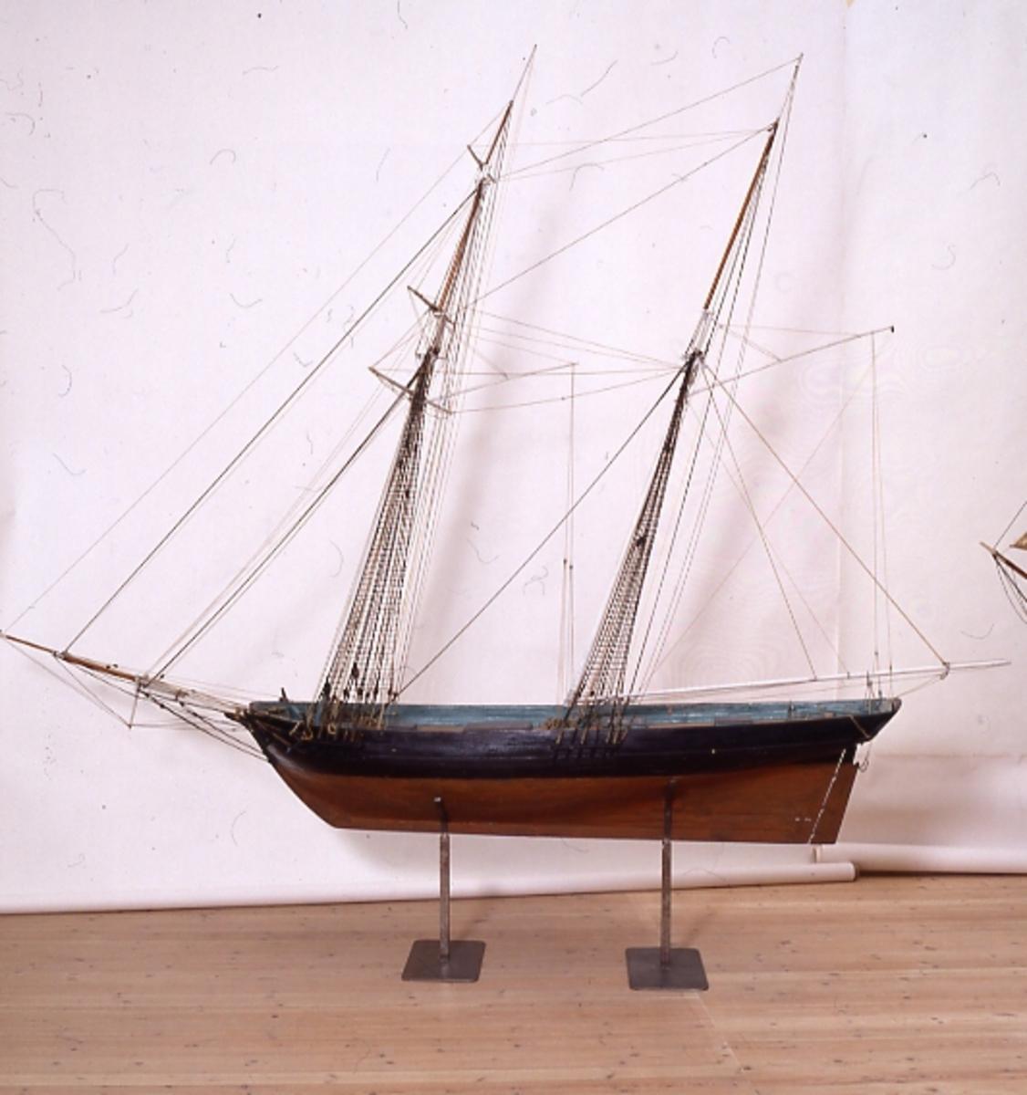 Modell av tvåmastad segelfartyg av typen Baltimoreklipper. Modell är kravellbyggd på spant med inredning och roder med rokult och drilltåg. Modellen har en mycket bakåtsvept rigg. Skrovet ör svartmålat ovan vattenlinjen och botten är rödbrun. Brädgång och mastfiskar är grönmålade. Undermaster, bommar och gafflar är vitmålade, övrig rundhult fernissad. Däcket är fernissat och däcksluckorna är svartmålade. Stativ av järn. Fartyget Experiment byggdes 1808 i New York och inköptes till svenska flottan 1812. Modellen är inte någon exakt kopia av fartyget Experiment utan är sannolikt tillverkat som en prototyp av denna nya fartygstyp