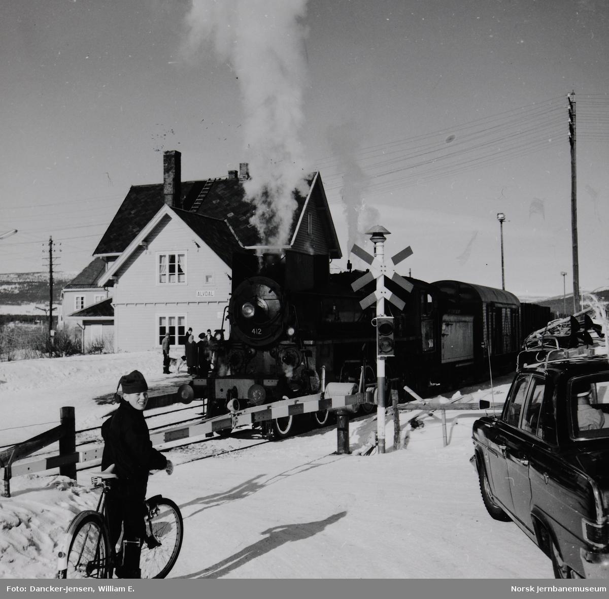 Damplokomotiv nr. 412, type 26c, i godstog 5292 skifter på Alvdal stasjon med vegbommen i forgrunnen
