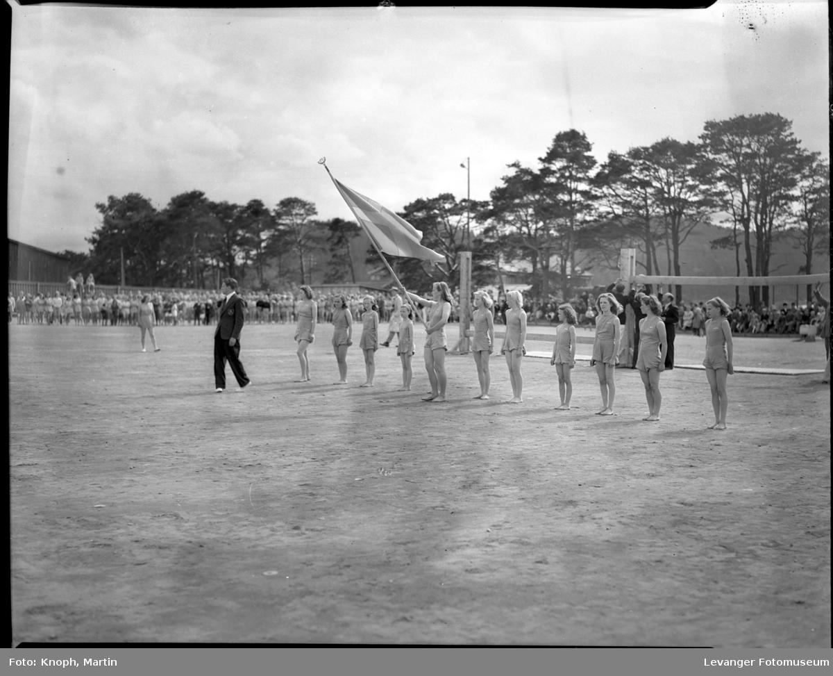 Kvinnelig turnere under oppstilling med flagg på Steinkjersannan