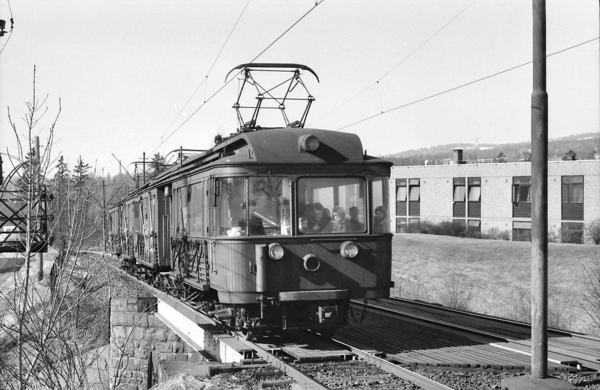 A/S Holmenkoldagen. Sognsvannsbanen. Vogn 31 og 37, type 1909 (Skabo, Westinghouse, HKB verksted).