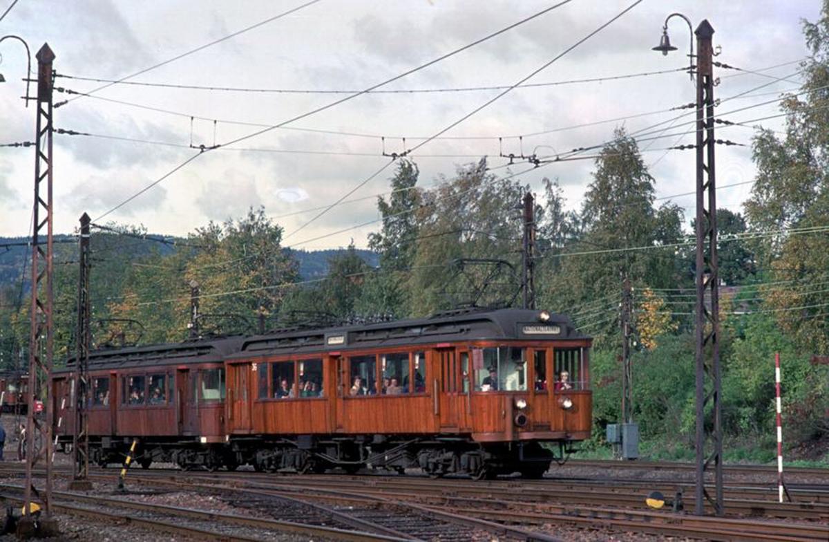 A/S Holmenkolbanen. Vogn 36 og 38, type 1909 og 1914. På grunn av skader på vognene 33 og 40 ble det for få togsett. Teoretisk skulle vogner av disse to typene kunne fungere sammen, det ble prøvd - og det virket. (Elektrisk utstyr fra Westinghouse).