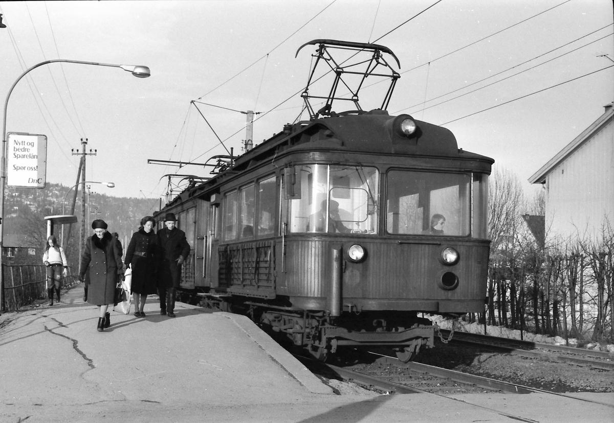A/S Holmenkolbanen. Røabanen. Vogn 111 og 112, type 1935 (Skabo, Siemens Schuckert). Eiksmarka stasjon.