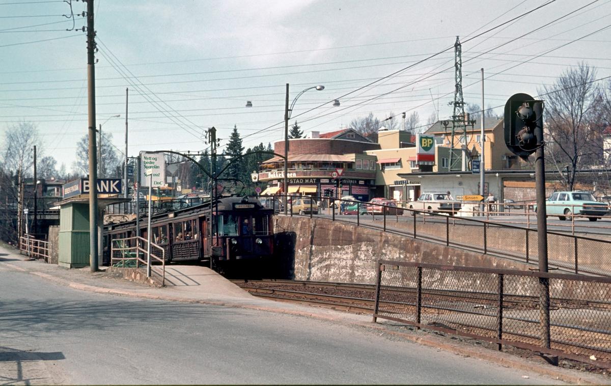 A/S Holmenkolbanen. Røabanen. Smestadbanen. Smestadkrysset. Smestad stasjon. Vogn 107 og 108, type 1928 (Strømmen verksted, NEBB)