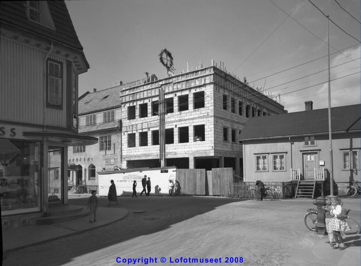 Svolvær Radioforretning (Nybygg ) Deler av Apoteket og Rødsand:s butikk, sommeren 1960. Se Knut Varberg notat på bilde nr 2.