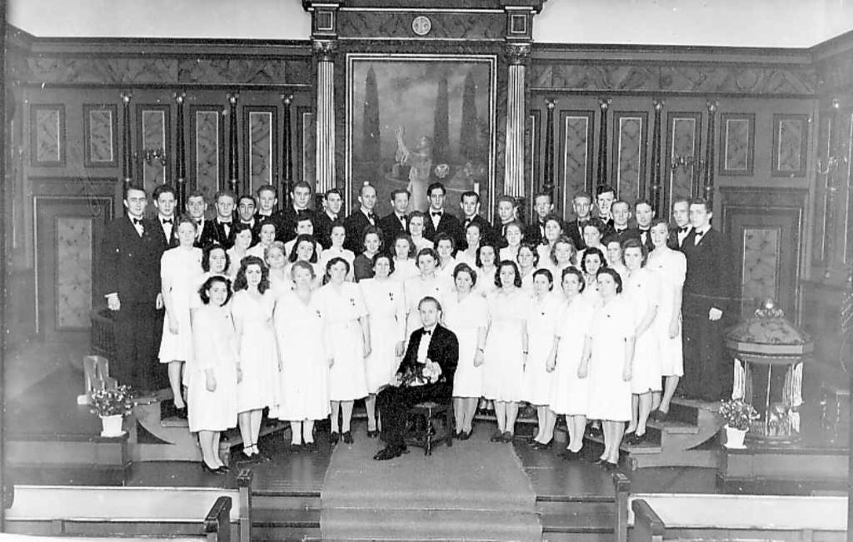 Narvik kirkekor ( 34 kvinner, 20 menn )