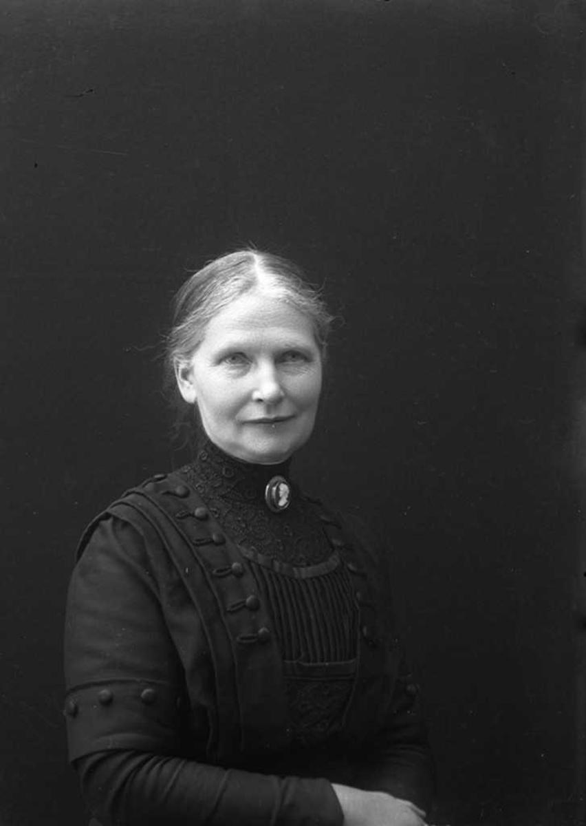 Anna Petersen gift med Waldemar Petersen som kjøpte Korsnes etter at handelstedet gikk konkurs.
