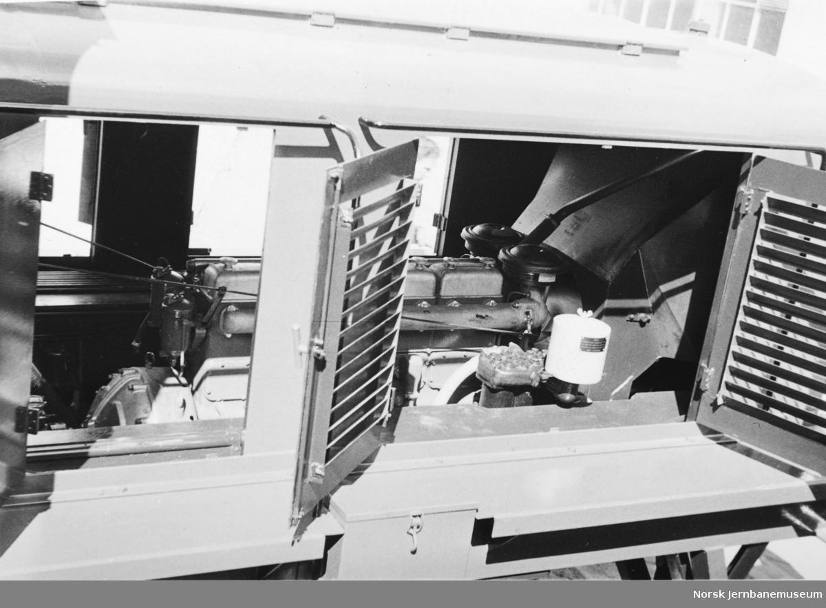Nybygd skiftetraktor litra Skd 217 nr. 107 på Strømmens Værksted : motorrommet