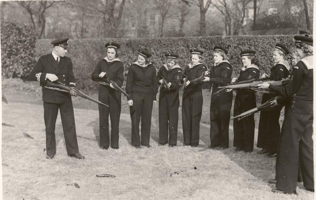 Motiv: Marinens Kvinnekorps 1942/1945Rekruttskole kurs 2/1942.Liverpool.Insrtuksjon i geværet