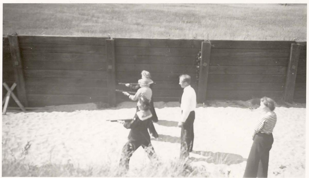 Motiv: Marinens Kvinnekorps 1942-1945 Skyting med maskinpistol