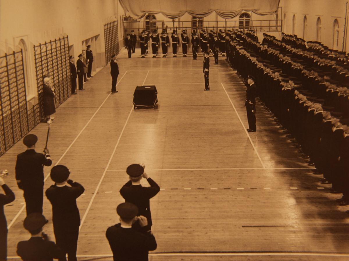 Motiv: Sjømilitære korps  Fra overrekkelsen av kongens Ur desember